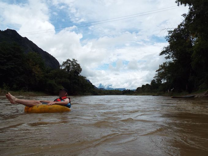 川を流れながら、バンビエンの絶景を楽しむ!