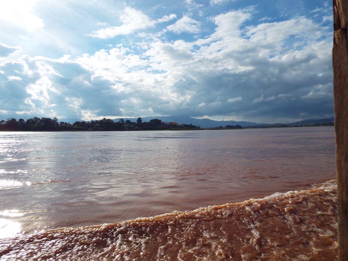 母なる大河・メコン川を悠々と!