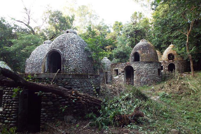 ドーム型の瞑想小屋や廃墟の数々