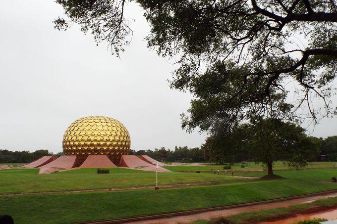 町の中心にある瞑想ホール「マトリマンディル」