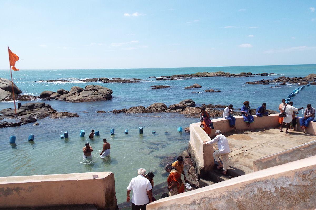 聖なる海での沐浴風景