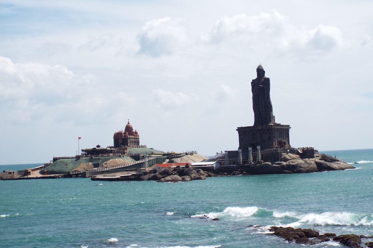海に浮かぶ2つの岩礁と建造物