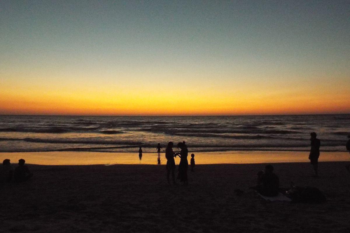 アラビア海に沈む夕陽と人々の営み