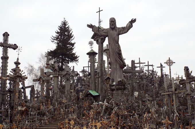 丘の上にたつ、50,000以上の十字架たち