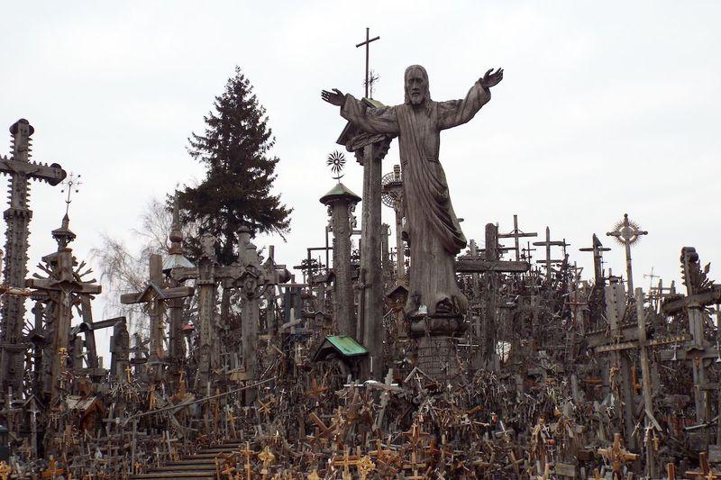 5万以上の十字架たち!リトアニア最大の巡礼地「十字架の丘」その壮絶な歴史的背景とは?