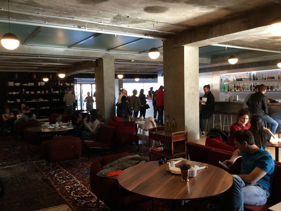 カフェや書店などで、のんびりと過ごすことも