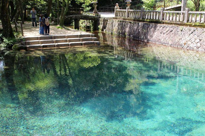 美しいエメラルドグリーンの絶景池!