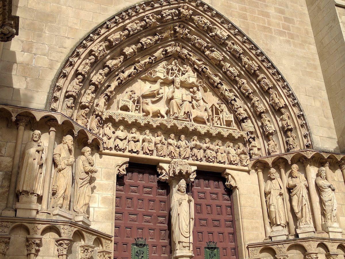 出入り口上部を飾る13世紀彫刻の傑作たち!