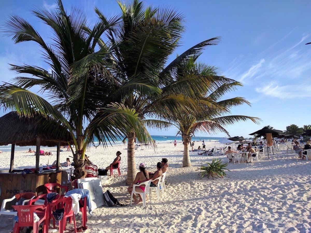 遺跡の近くには白浜のビーチまである