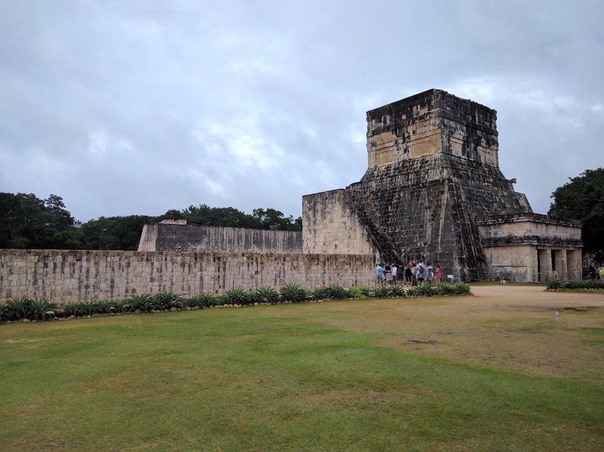 古代メソアメリカ最大の規模の「球戯場」と「ジャガーの神殿」