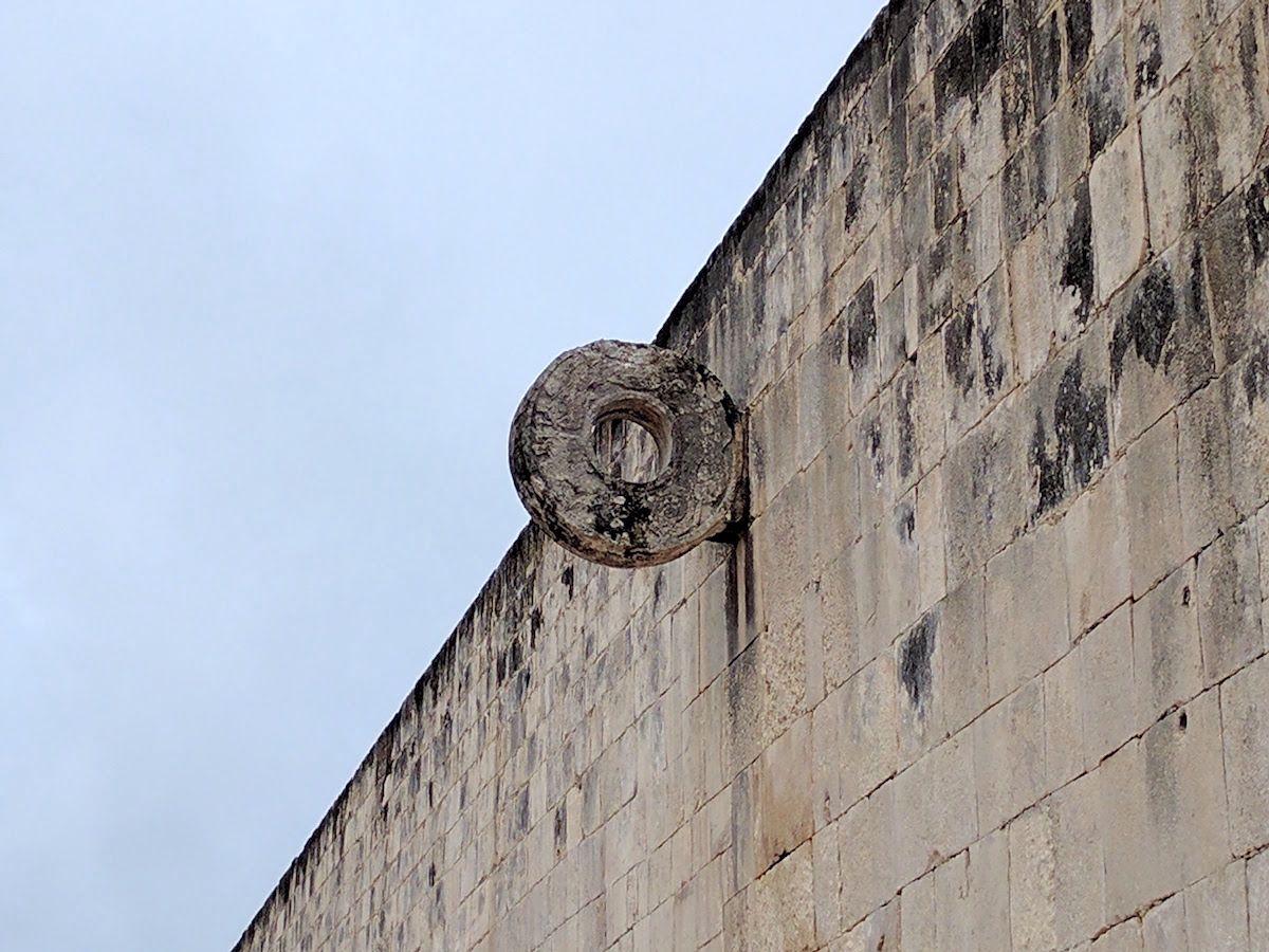 じっさいに競技に使われた石の輪も生々しい