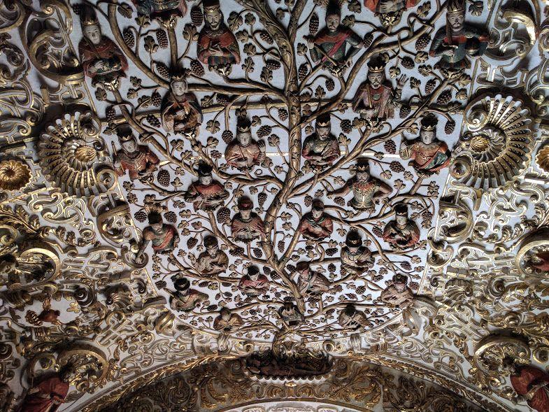 先住民の死生観とキリスト教の聖人が刻まれた「生命の樹」