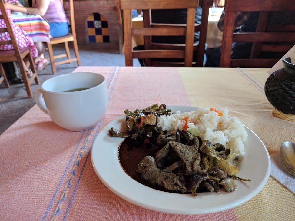 伝統料理が心ゆくまで食べられるランチタイム