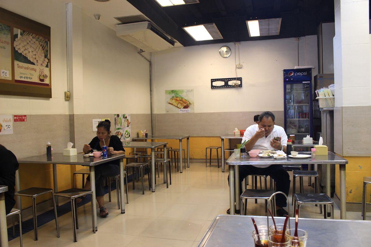 繁華街のど真ん中にある、庶民的なローカル食堂