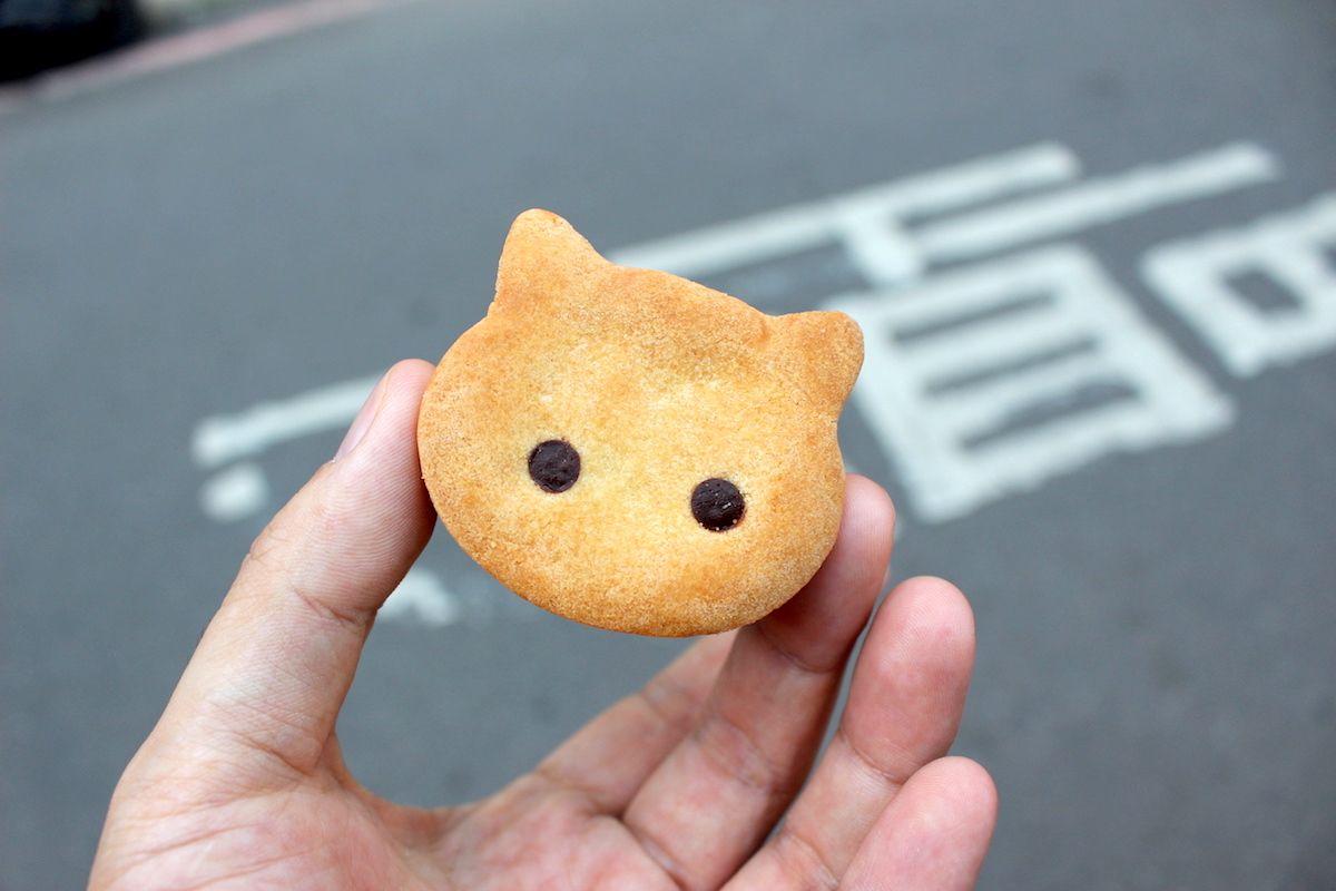 お土産には「猫型パイナップルケーキ」