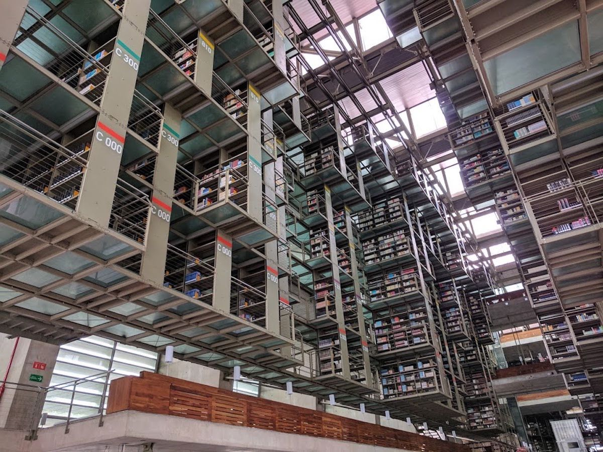 無数の本棚が宙に浮いている光景が壮観!