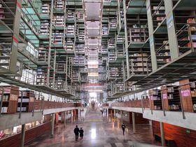 メキシコシティの空中図書館「ヴァスコンセロス図書館」がすごくSF的