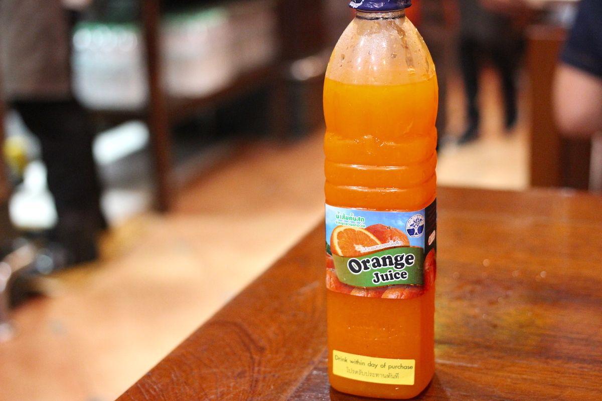 果汁100%の特製オレンジジュースも人気