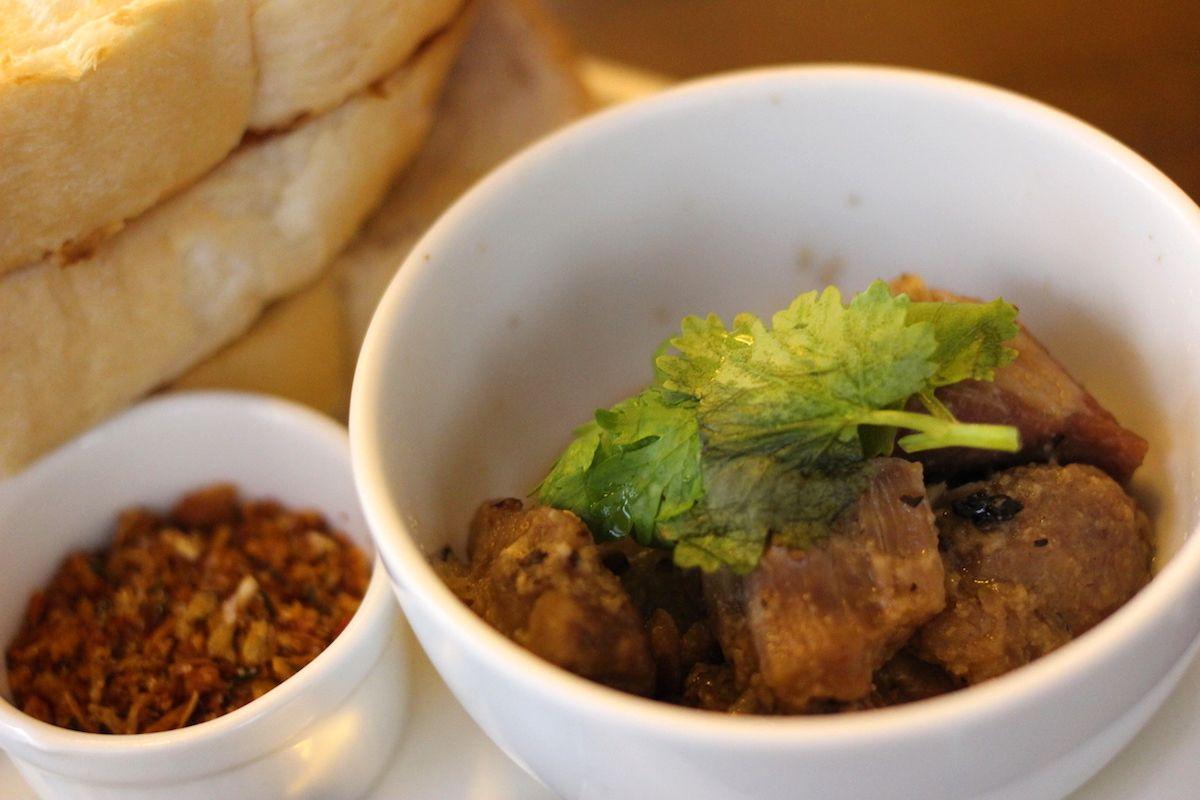 おすすめメニューは伝統的な軽食「ムーケム」