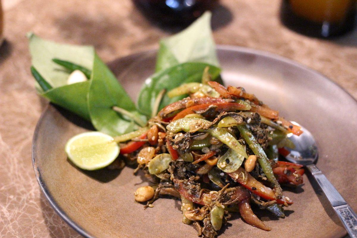 5. お茶っぱを混ぜたユニークなサラダ「ラペートゥ」