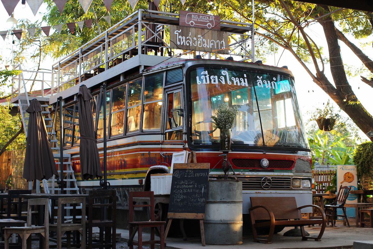 タイの古いバスを店舗として活用したピザ屋