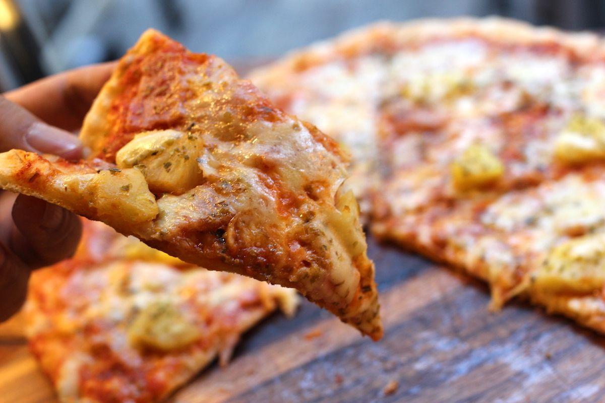 オーダーを受けて生地から作るフレッシュなピザ