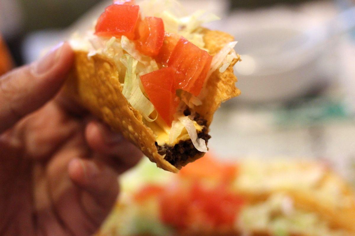 昭和レトロな喫茶店で沖縄の名物料理の数々を