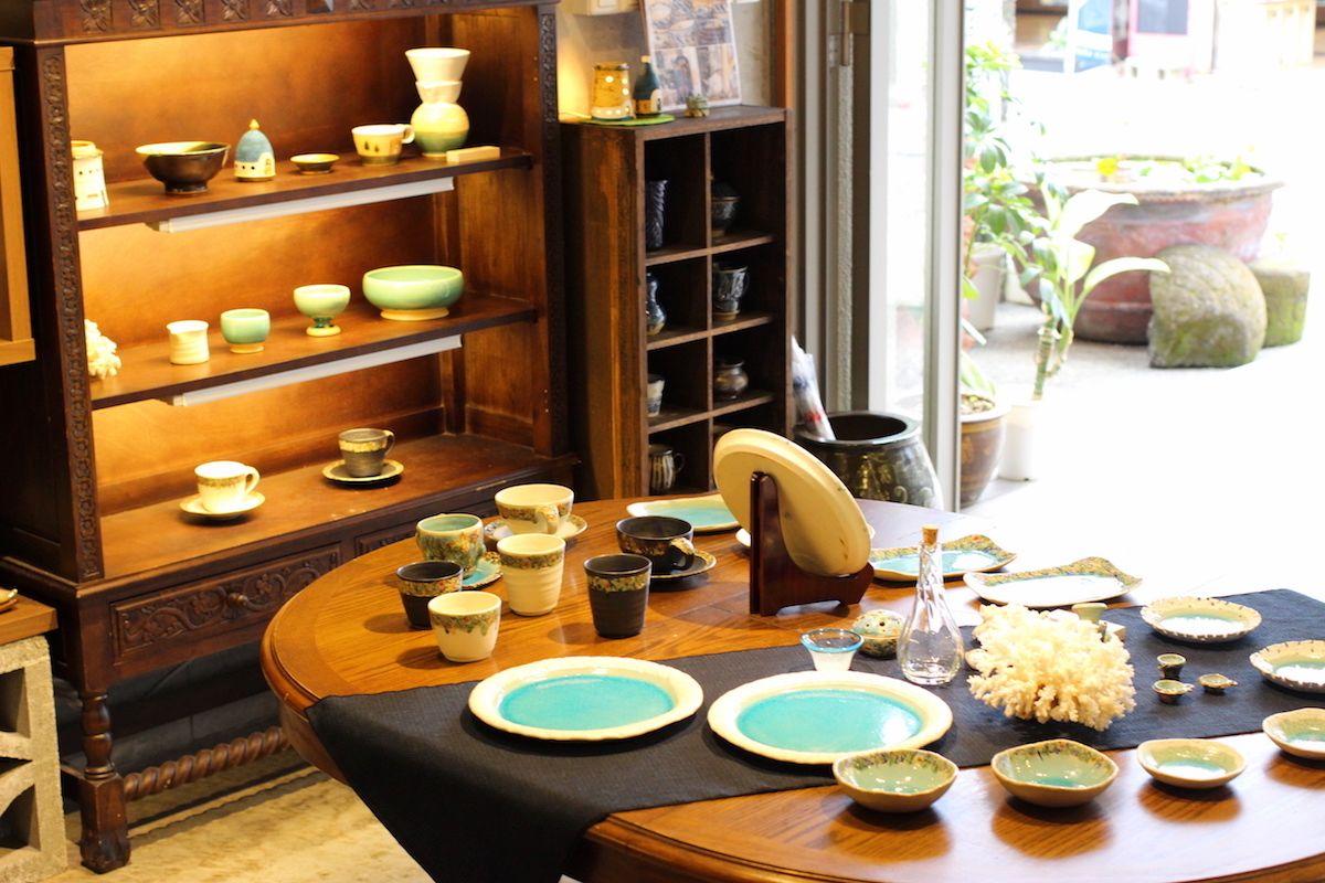 沖縄の伝統工芸品が並ぶギャラリー