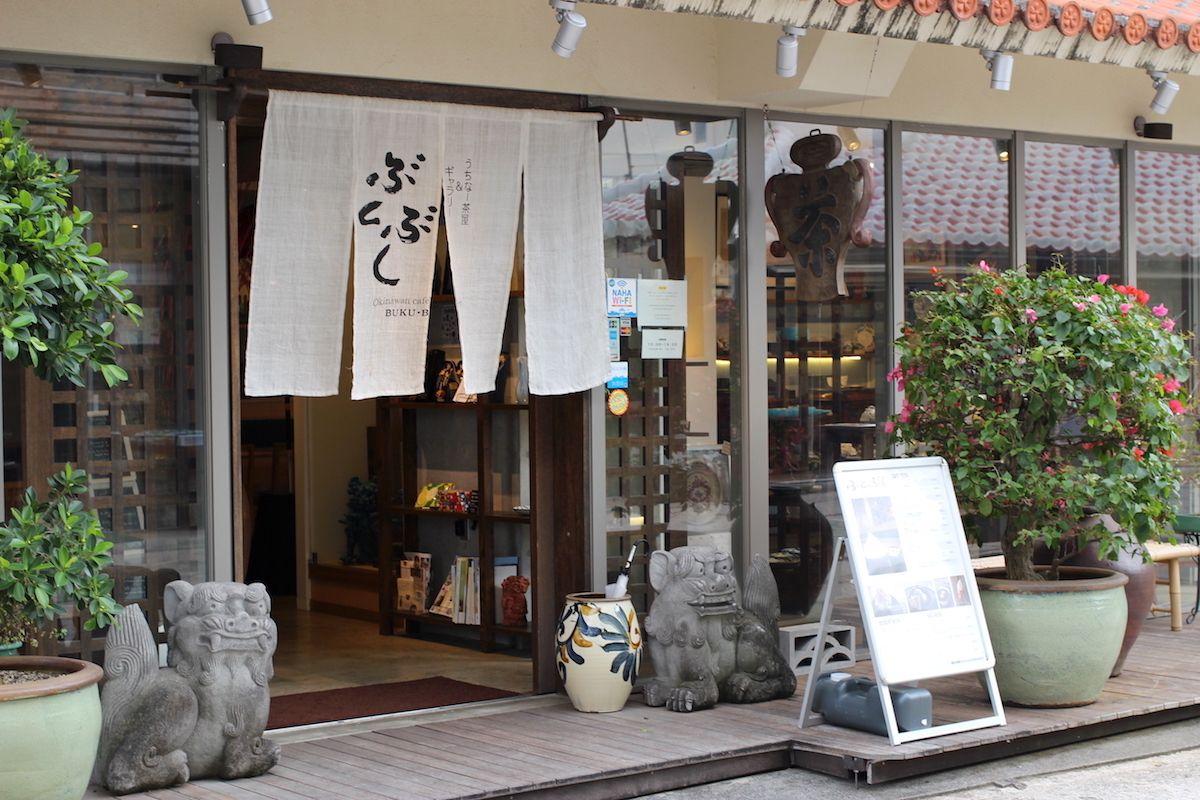 昔ながらの沖縄の風景が残る「壺屋やちむん通り」