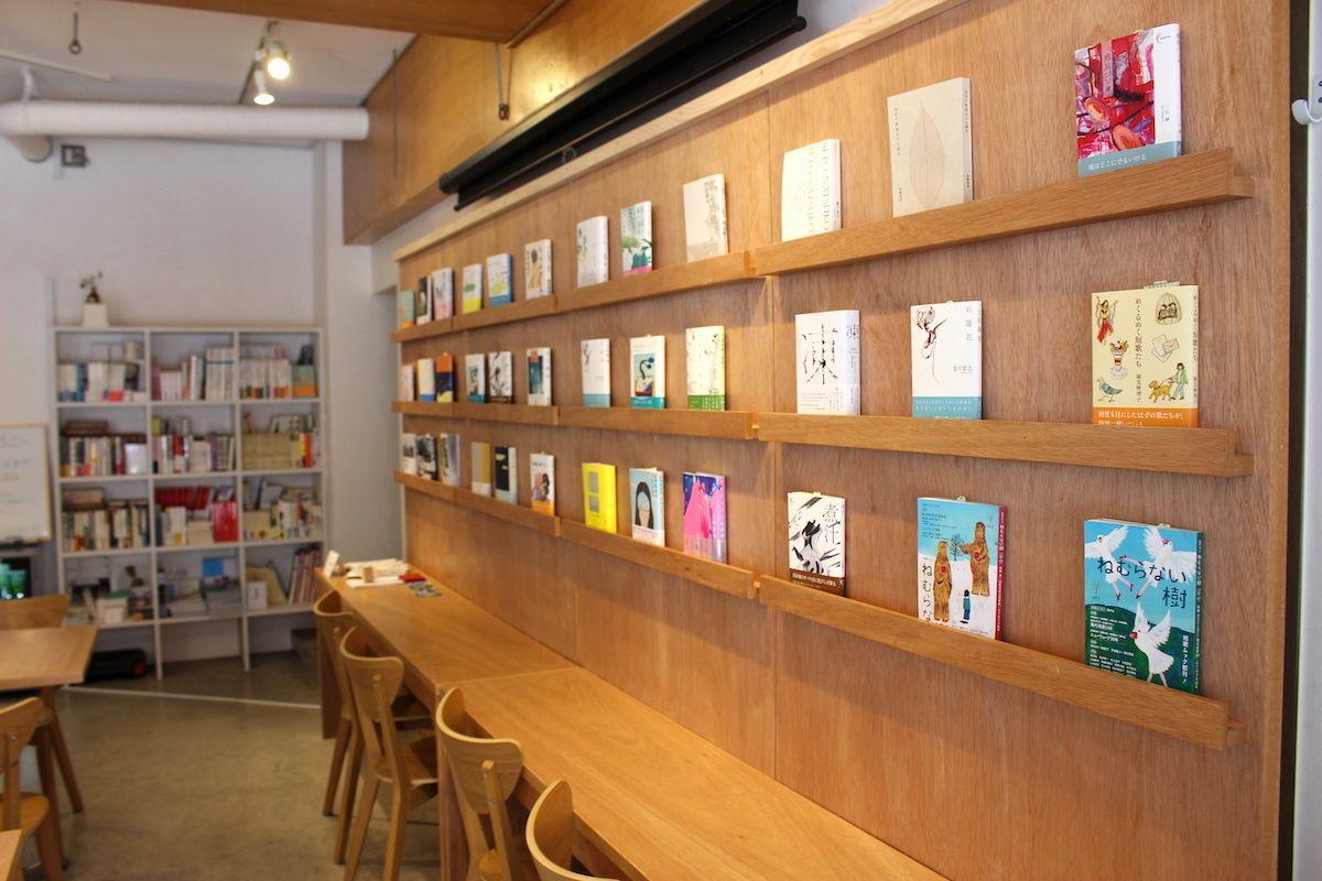 2. 本好きが集まる出版社経営の本屋「本のあるところ ajiro」