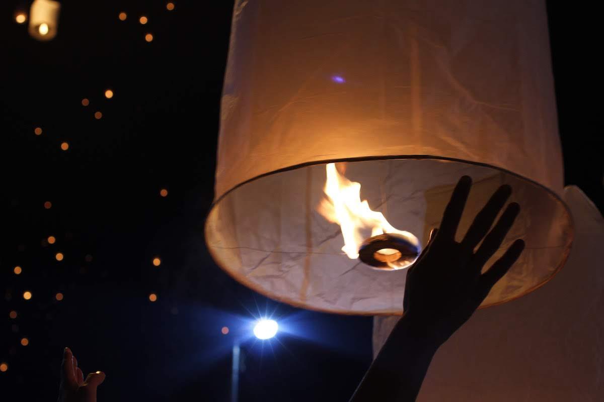 無数のランタンが夜空を舞う「コムローイ祭り」
