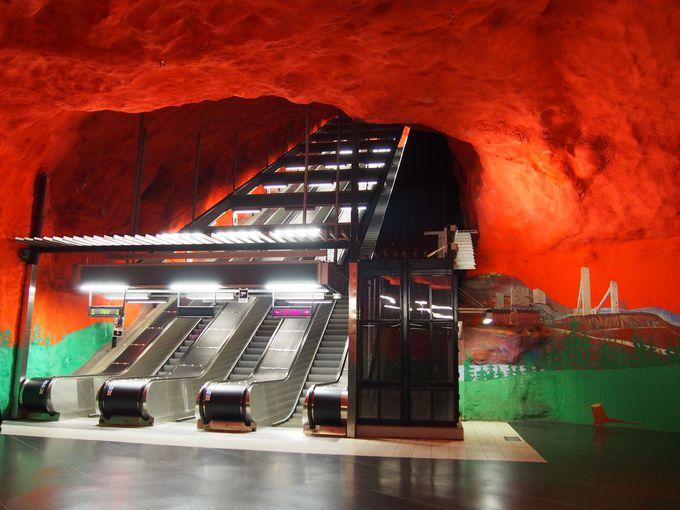 とにかく真っ赤!真っ赤な「Solna centrum」駅
