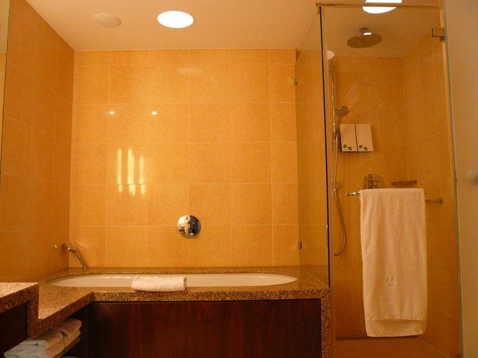 使い勝手の良いバスルームとフラゴナールのアメニティでゆったりバスタイムを