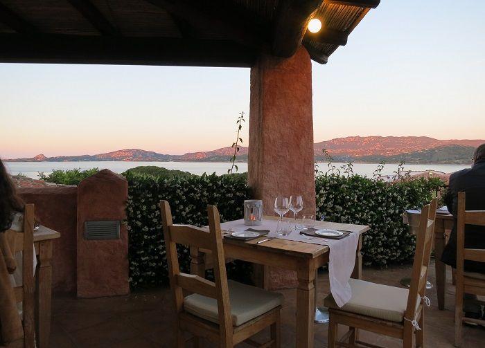 夕陽に染まる山々と海を見ながらロマンチックなディナー