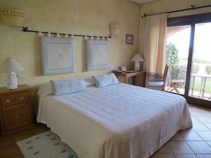 サルデーニャ風の内装が施された可愛らしい客室