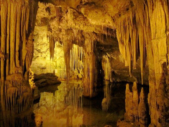 まるで地下宮殿!美しすぎるネプチューンの洞窟
