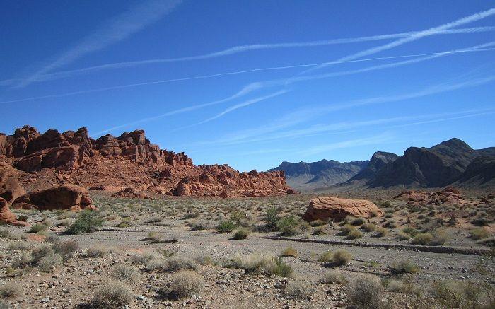 砂漠の向こうに忽然と現れる真っ赤な「火の谷」
