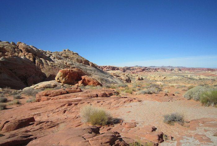パステルカラーの岩が連なる「レインボー・ビスタ」
