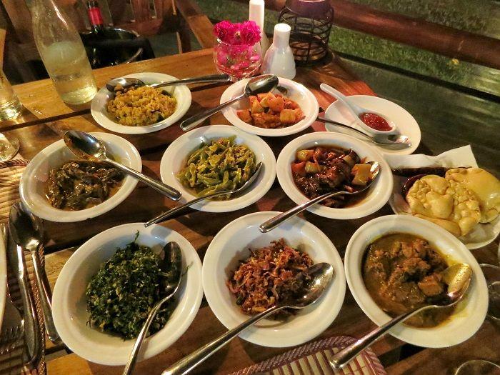 開放的なオープンエアーのレストランでの美味しい食事