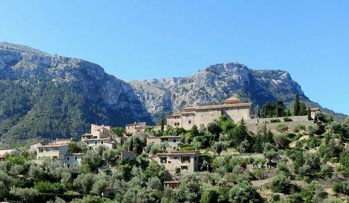 独特の文化が根付く山間の村巡り