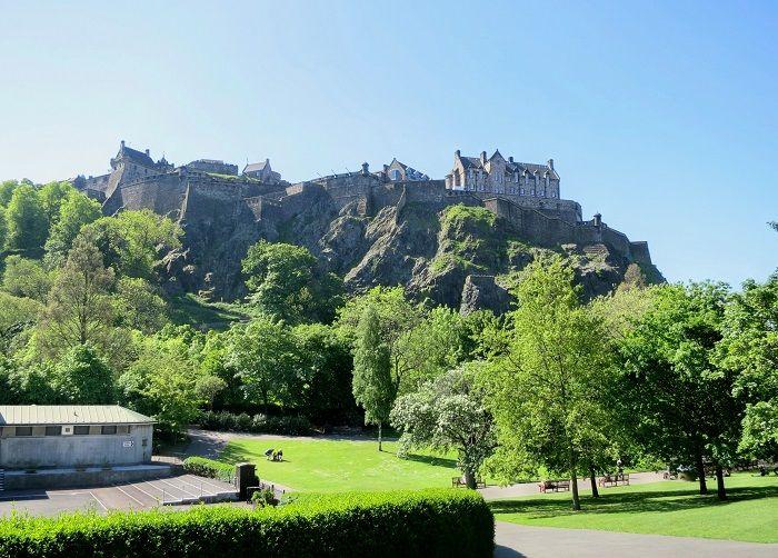 公園とお城のコントラストが美しい!プリンセス ストリート ガーデンからの眺め