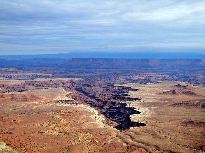 天空から大地の割れ目を眺める「キャニオンランズ国立公園」