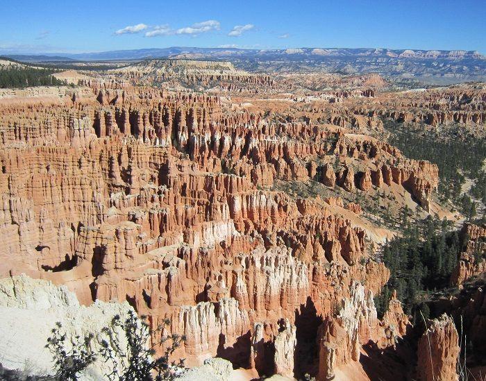 見渡す限り続くピンク色の岩の尖塔「ブライスキャニオン国立公園」