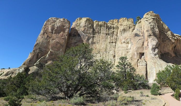 乾燥した大地に突如現れる岩山