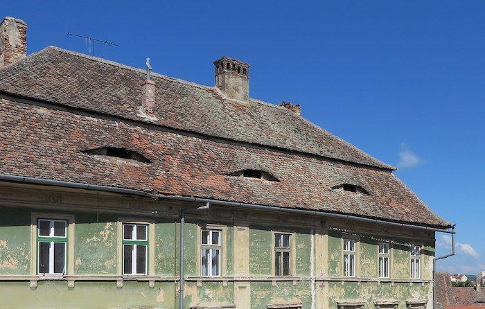 屋根についたユニークな形の窓