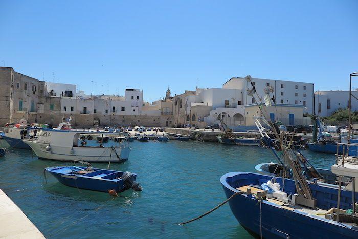 古い漁村の雰囲気が残る旧市街の港