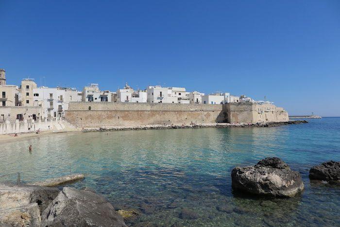 中世の城壁に囲まれたモノポリ旧市街