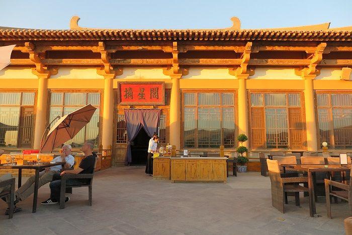 砂漠を見渡すルーフトップカフェ