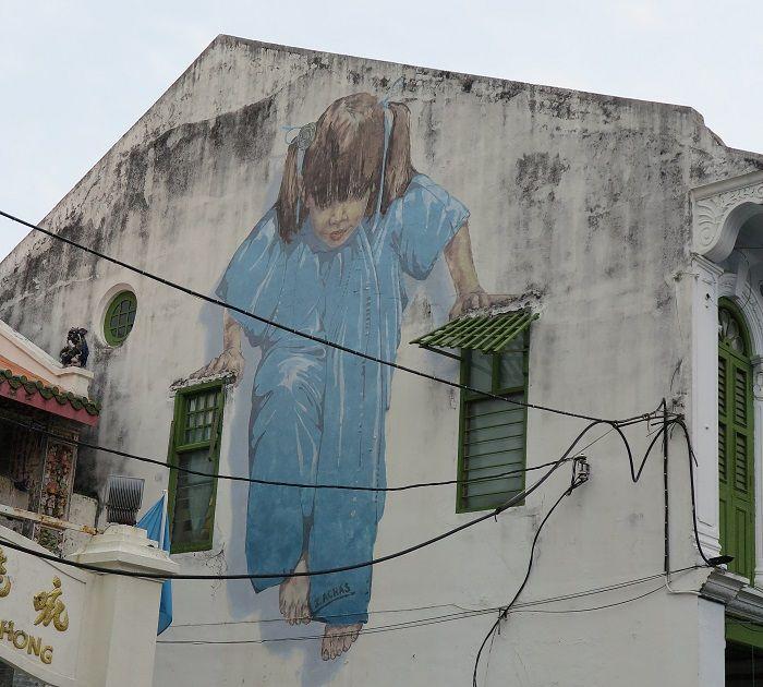 世界遺産の古い街並みとストリートアート