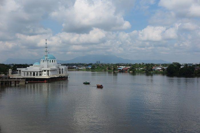 クチンの町をゆったりと流れるサラワク川